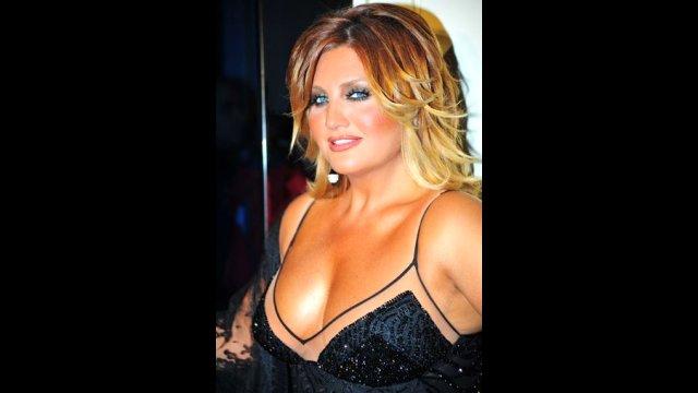 Hayranlarının şık kıyafetleriyle görmeye alışkın olduğu Sibel Can, sinema çıkışında aldığı kilolar ve bakımsız halleri dikkat çekti.